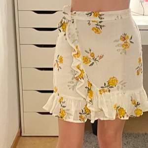 Super fin kjol i storlek XS/S. Aldrig använd. Buda i kommentarerna🌸✨