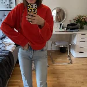 oversized sweatshirt köpt på zara som inte kommer till användning. breda armar, se bild 2 för mer exakt färg