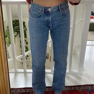 Superpopulära mid Rise zara jeans som inte säljs längre! Storlek 40 men dom är små i storleken, passar 36/38❤️ bra skick