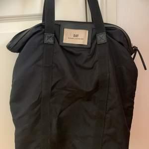 Säljer en Day Et Mikkelsen väska. Använd ca ett år. Köpt för 400 kr. Rymmer väldigt mycket.