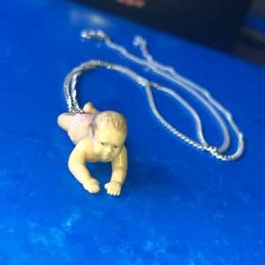 En baby halsband som gjordes av mig själv💕 skitsnygg med en silverkedja💕