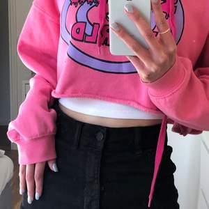 Svart jeans kjol köpt på gina, säljer då jag köpte fel strlk men passar typ mig med xs!