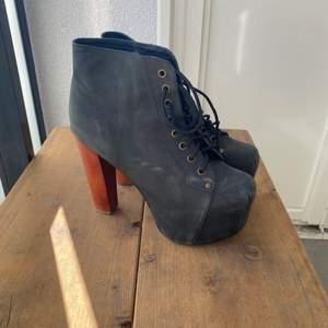 """Högklackade skor från Jeffrey Campbell i storlek 40! De är knappt använda men har stått undanpackade & därför lite """"dassiga""""."""