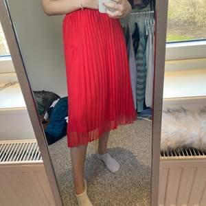 Ljusröd lång plisserad kjol i fint skick! Jag är 1,63 cm lång 🤍