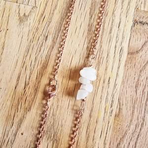 Halsband med kedja och kristaller avregnbågsmånsten. Halsbandet är ca 19 cm långt och går att justera om man vill att det ska sitta lite tajtare.   Kedja och detaljer går att få i färgerna: silver, guld och rose.   Skickas i vadderat kuvert via postnord.