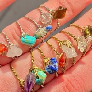 Ringar av äkta kristaller: Rosenkvarts (ljusrosa), Bergskristall (genomskinlig), Tigereye (brun), Lapis lazuli (mörkblå), Jade (ljusblå), Karneol (orange/röd), Ametist (lila). Ringarna finns i guld och silver. Vid köp av 5 eller fler ringar får du en extra ring på köpet (du väljer ring). Ringarna finns i XS/S och M/L. Ringarna kostar 20kr/st och frakten är 12kr oavsett hur många man köper! Skriv privat för frågor😊