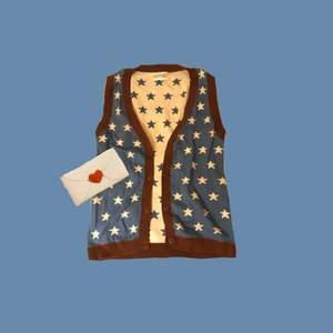 💫Gullig blå stjärn-väst med brun kant💫 väldigt bra skick💝 köparen tar hand om frakten