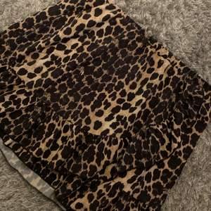 Super söt kjol med volang , helt oanvänd ifrån Zara , storlek 146/152 passar XS TILL S , köparen står för frakt ❤️