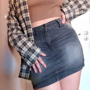 Grå jeanskjol från Page One?? Den är ganska kort (ca 33cm), anledningen att jag säljer den, men om man är lite kortare så passar den säkert! Fickorna är fejk och kjolen har använts länge men den är fortfarande i bra skick. Frakten tillkommer men jag möts gärna upp i gbg också!😊💞