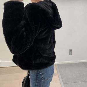 super skön och fin päls jacka med hätta och fickor på bägge sidorna (se bild tre) 🥰🥰