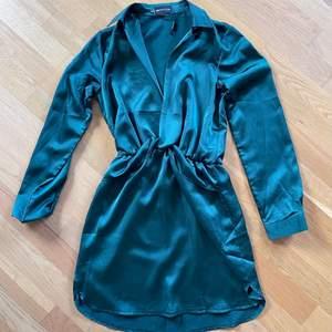 Strl. 36. Festklänning i siden. Är grön och inte blå som det ser ut som på bilden. Jättefin. Köparen står för frakt