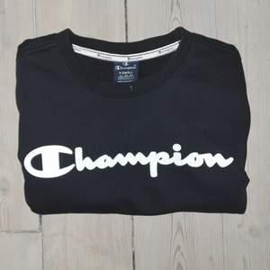 En champion tröja i Extra Small. Lite strech på tagit och väldigt len och mjuk inuti. Använd 1/2 gånger och tvättats en gång i 40⁰. Orginalpris ligger på 300 kr.