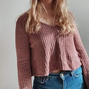 Ribbad tröja från Urban outfitters med öppen rygg och knytning!