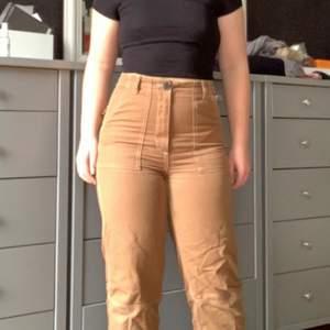 Mina favorit byxor från H&m, de är beiga och har vita detaljer