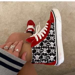 Hade tur och fick tag på ett sista exemplar av dessa Vans skor i storlek 40. Är dock osäker på om de kommer att passa då jag egentligen har mindre storlek. Jag har inte fått hem dem än men tänkte lägga ut en annons här och se ifall någon kanske är intresserad! Så coola och snygga, hör av dig vid intresse❤️ (Lånad bild av Alva) Säljer även andra skor!