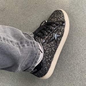 INTRESSEKOLL - helt slutsålda!! As snygga skor ifrån Le Temps Des Cerises😍verkligen älskar älskar dom men köpte för stor storlek (😢) och börjar väl inse det lite nu i efterhand när jag använt dom i två veckor dvs går ej att skicka tillbaka⭐️