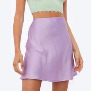 Säljer denna helt oanvända kjolen från chiquelle💜 storlek xs men passar även en s, har en dragkedja på sidan. Prislappen är även kvar då den aldrig är använd endast testad💜🤍✨