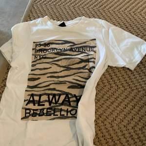 T-shirt med tryck fram i storlek xs men passar upp till m skulle jag säga. Använd fåtal ggr