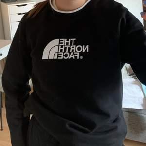 Säljer min sweatshirt från The North Face. Nypris 649kr och använd ett fåtal gånger, den är i väldigt bra skick ☺️