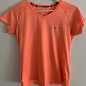 Tränings t-shirt från märket SOC i strl XS, passar även strl S.