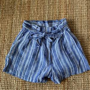 Säljer dessa shorts från bikbok med rosett i midjan som är i bra skick! Säljer då de har blivit för små för mig. Snöret i midjan går att ta bort!💙 Köparen står för frakt.