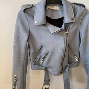 Så snygg blå jacka från Zara, mockatyg och en kort modell. Passar superbra till vår!!
