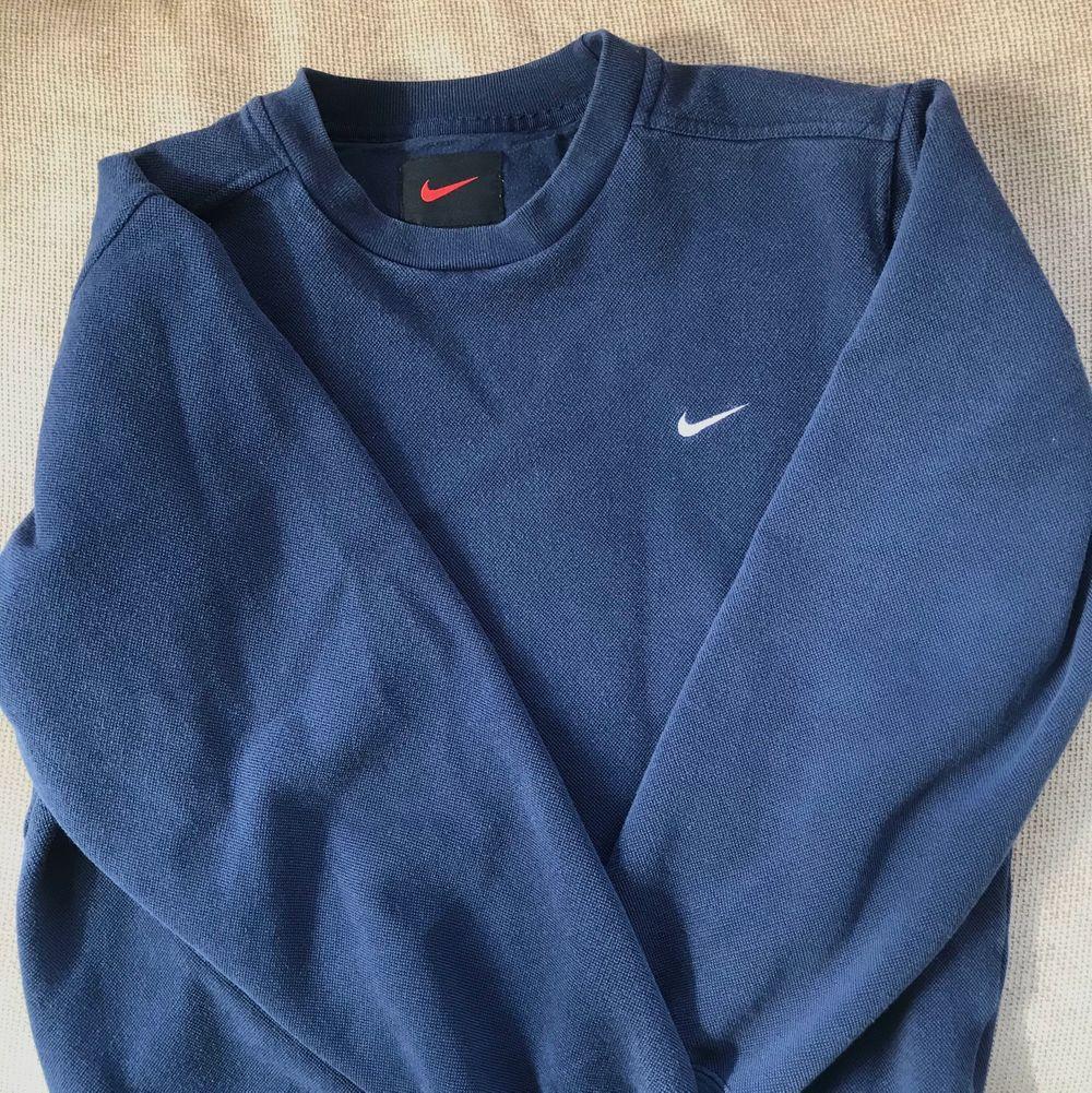 (lägger upp igen pga oseriös köpare) Marinblå vintage Nike crewneck som passar till det mesta! I bra skick, inga defekter. Såklart äkta . Tröjor & Koftor.