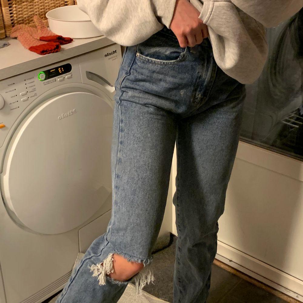 Skitballa jeans från monokrom storlek 36. Köpta här på plick för ett tag sedan men har inte använt för att de var för stora för mig tyvärr❤️ Pris kan diskuteras men bud från 100 exklusive frakt💕 . Jeans & Byxor.