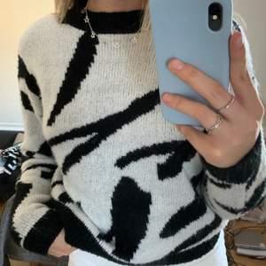 Säler denhär SUPERSNYGGA zebra tröjan från nakd köpt i sommars och bara använd fåtal gånger! Passa på då jag tvekar på att den finns kvar att köpa på nakd💫