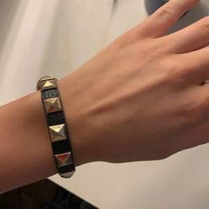 Valentino liknande armband med nitar på i fint skick💗💗passar alla storlekar. Buda privat. Frakt står köparen för. Bud på 200kr + frakt💗köp direkt för 300 + frakt