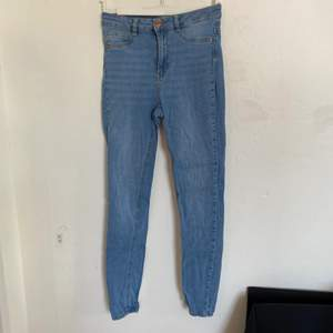 Säljer nu dessa väldigt fina jeans från Gina tricot. De är väldigt bra skick trots att de har blivit använda en del och storlek M. Modellen är Molly. Hör av er för fler bilder:) köparen står för ev frakt