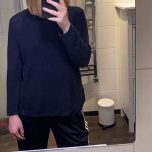 Fin stickad marinblå tröja i storlek XS, men passar bra på en med S också!! På sidorna har den slitsar och är l 💞 Har inte fått så stor användning för den så den är i ett bra skick!! 💞