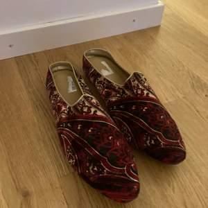 Säljer oanvända Dim Sko skor pga av flytt och dem aldrig använda.