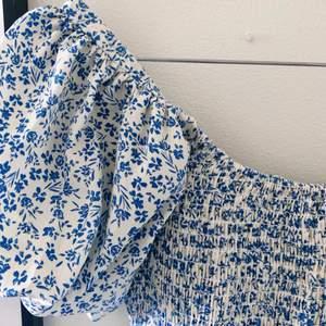 Säljer denna superfina sommarklänning som jag älskar, men tyvärr inte kommer till användning 💕 Puffärmar och fina detaljer på kjolen!