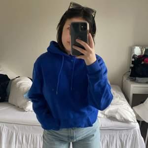 Säljer denna fina blåa hoodien från H&M man i storlek S. Säljer den för den tyvärr inte kommer till användning! Frakt tillkommer💕💕