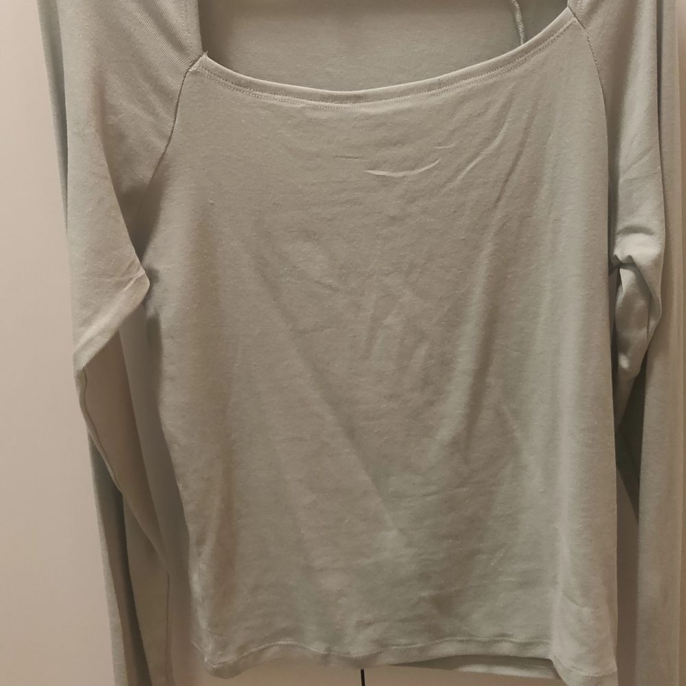 Light grey/ green shirt with cutout on the front. Size XL. Never used.. T-shirts.