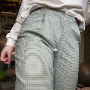 Superfina kostymbyxor från monki. Tyvärr har dem blivit försmå för mig. Jag är ca 163 cm lång och dem passar perfekt i längden.