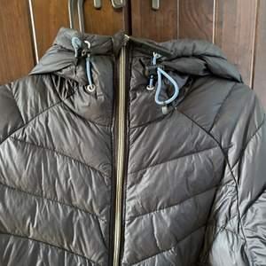 Säljer min svarta tjocka dun/vinter jacka från McKINLEY då den aldrig kommer till användning! I fint skick!