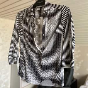 Stilig och snygg skjort. Säljes för 100kr, frakt tillkommer