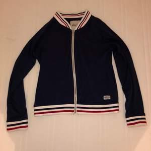 Jag säljer denna college liknande tröjan i stl M. Den är i väldigt fint skick, använd men precis likadan som en ny! Jag tar 100kr+fraktpeng🔐