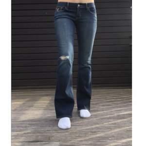 Lågmidjade hollister jeans med hål, storlek 26/31. Köparen står för frakt💕