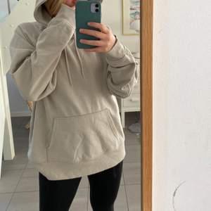 Säljer denna beiga hoodien från H&m pga inte kommit till användning🙏🏽