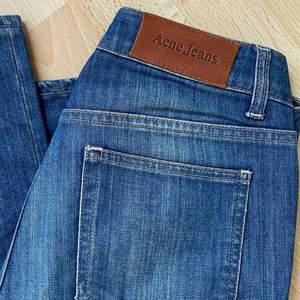 Helt oanvända jeans från Acne köpta på Sellpy🔥Low/mid waist, de är så najs! Passar mig som är ca 34 eller 25 (28 i lågmidjat) annars. De är stretchiga! Skriv vid intresse eller frågor💋köpare står för frakt!