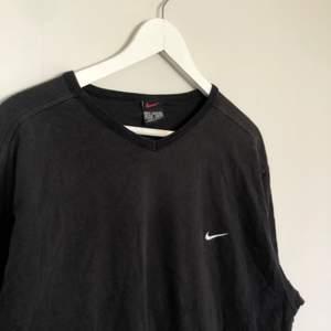 Vintage Nike Longsleeve med en mini swoosh. Den är från 90-talet och är i storlek XL. Har en V formad hals. Den är i bra skick.
