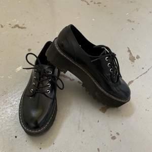 Skit snygga platå skor som jag säljer då dom inte kom till användning därför nästan helt nya. Kom dm om du har frågor eller så 💖