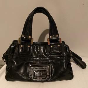 Såå snygg vintage Guess väska. Perfekt storlek och väldigt rymlig. Frakt 66 kr.