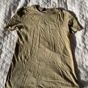 Grön T-shirt till salu! Pris 60 kr. Fint skick, inga märken eller liknande. Text - Common sense is not that common. Fin grön, lite mer neon grön text. Storlek XS. Frakt kan tillkomma, även om det står gratis frakt.            PRIS KAN DISKUTERAS!! ☘️