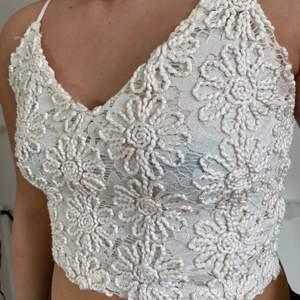 Jättefint somrigt vit linne med blommönster. Säljer pga för liten☹️🤩