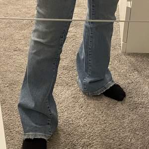 Blåa lågmidjade utsvängda bootcut jeans som är i bra skick. Säljer eftersom jag inte kan ha dom längre. Nypris 400 o mitt pris 180.  Köparen står för frakten