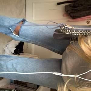 Ljusa raka jeans med hål som jag köpt på MANGO men sytt in så dem är raka i modellen samt sytt på Levis fickor och detaljer! Skulle säga att dem är medel i midian:) 💕